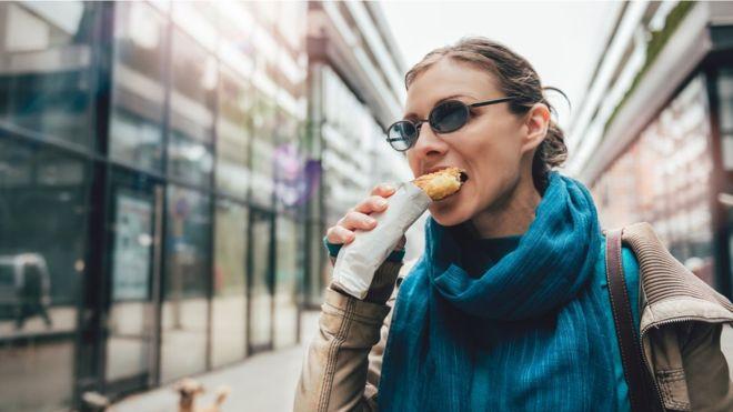 """Un terzo degli adulti del Regno Unito """"sottovaluta l'apporto calorico"""""""