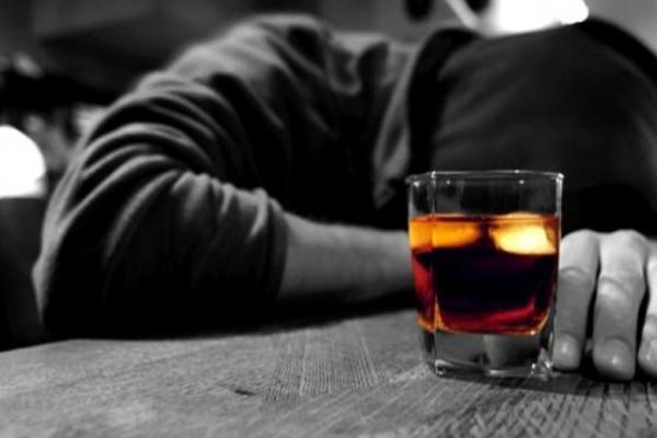 I forti bevitori si mettono a rischio di demenza